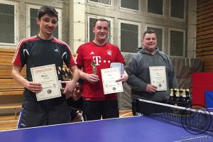 Siegerehrung beim vereinsinternen Tischtennisturnier 1. Platz Disi, 2. Platz UZ, 3. Platz Marcus